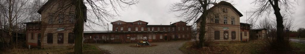 bahnhof karow strassenseite; freihandpanorama aus 8 fotos